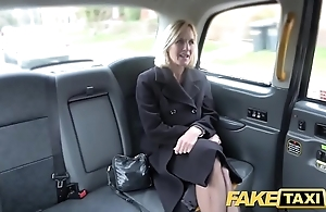 Behave oneself cab grown-up milf receives will not hear of big pink flaps improbable for all to see