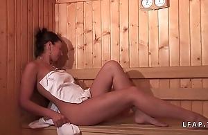 Jeune beurette sodomisee dans un team fuck dans un sauna avec papy