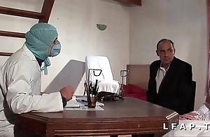 Influenza vieille mariee se fait defoncee le cul chez le gyneco en triple avec le mari